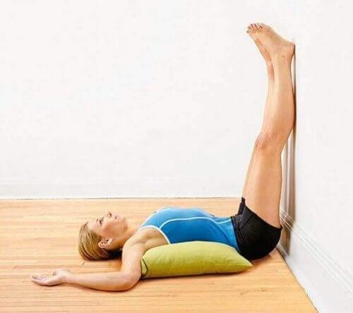 Unoszenie nóg przy ścianie