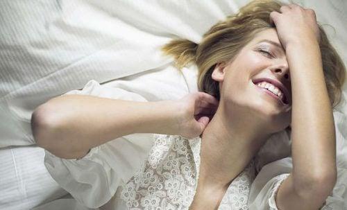 Uśmiechnięta kobieta w łóżku.