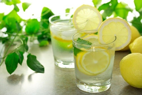 Lepszy sen dzięki wodzie z cytryną