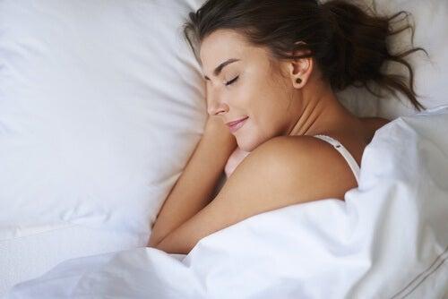 Kobieta zapadająca w zdrowy sen