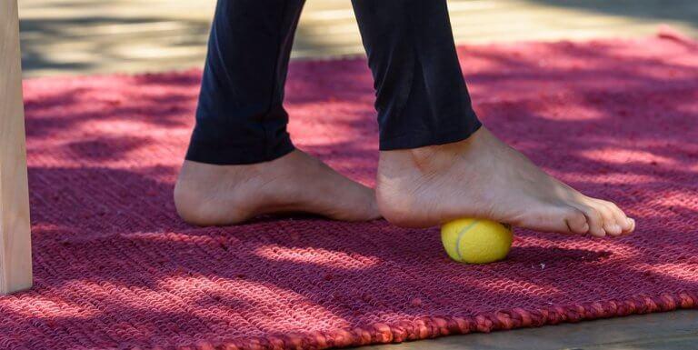 Ćwiczenie z piłeczką na ból pięty