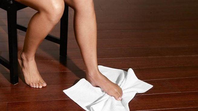 ćwiczenie z ręcznikiem na ból pięty