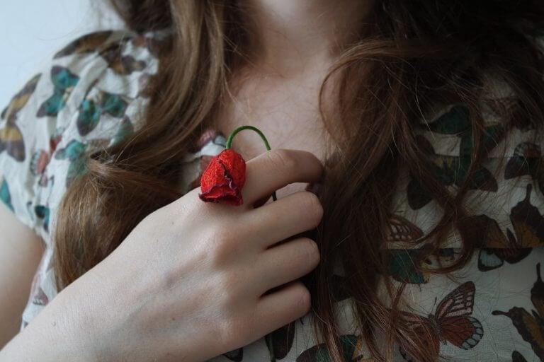 kobieta ze zwiędnienym kwiatkiem