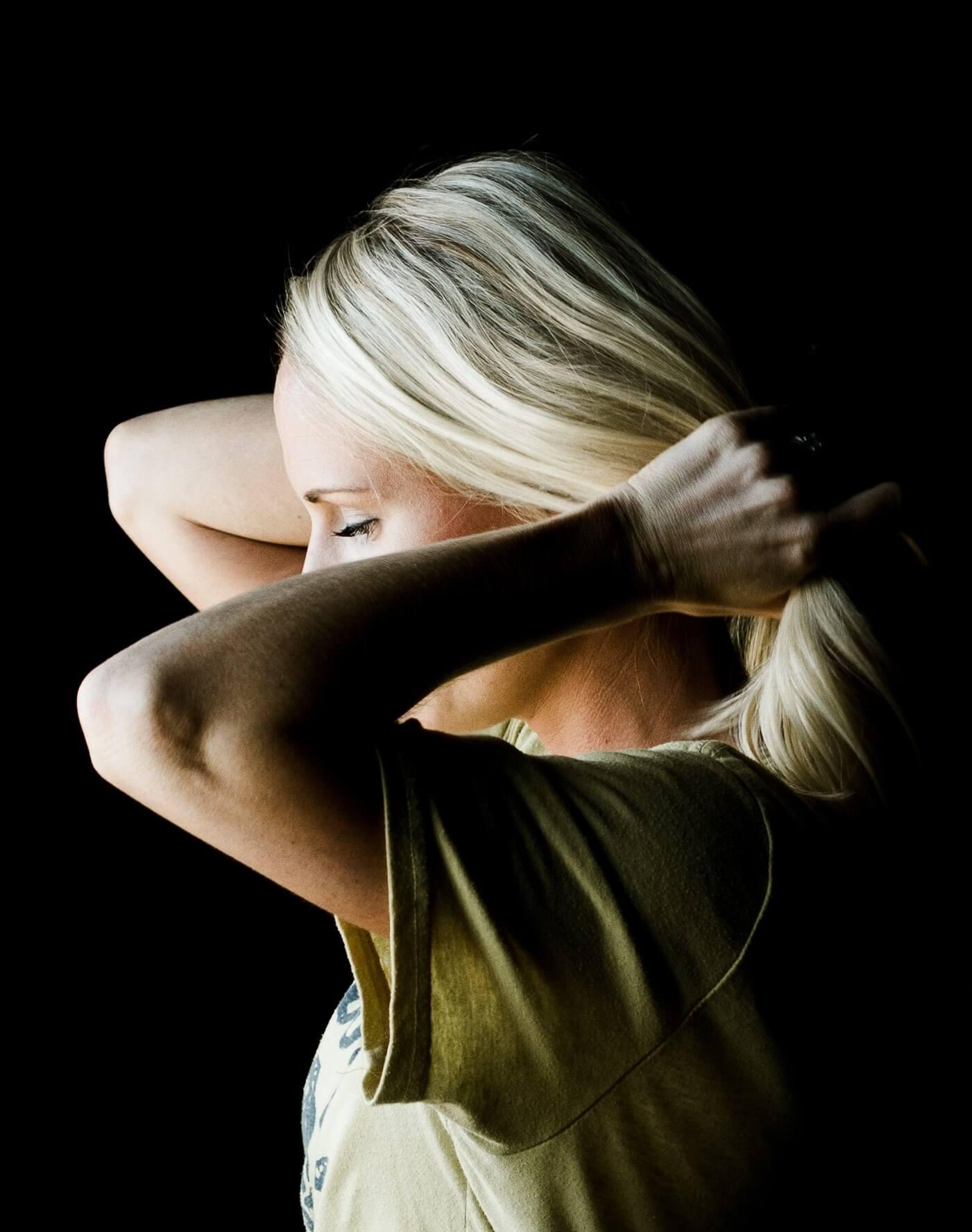 Kobieta zbiera włosy z szyji