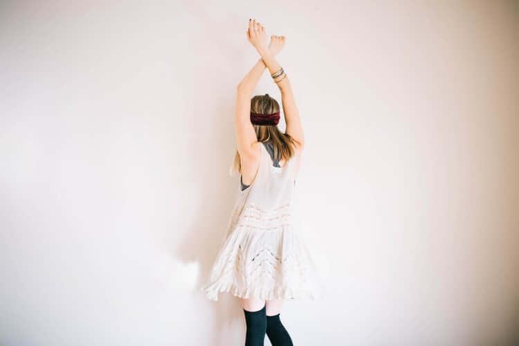 Kobieta tańczy przy ścianie