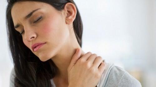 Kobieta cierpi na ból szyi a Napięcie