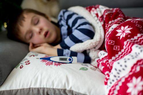 Dziecko śpi z termometrem