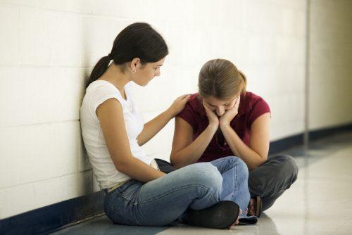 Dwie dziewczyny siedzą na podłodze