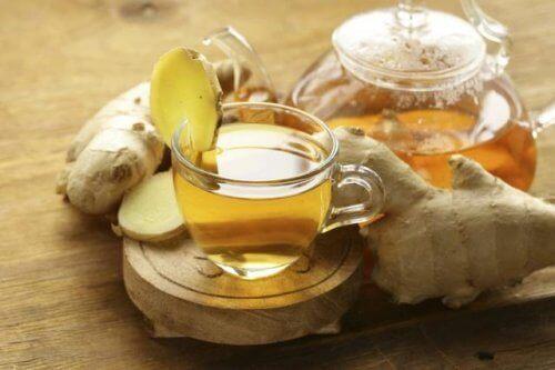 Herbata z imbirem na podrażnione gardło