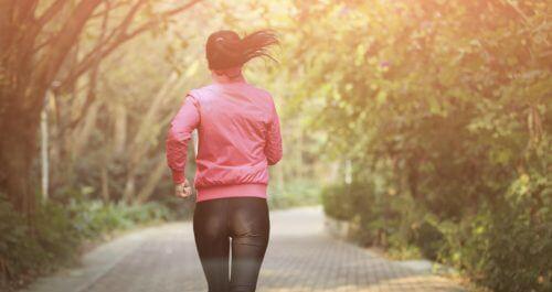 Biegnąca kobieta - zdrowy styl życia