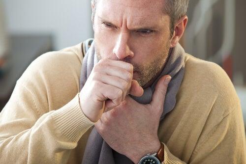Kaszlący mężczyzna, osłabienie odporności, a pasożyty