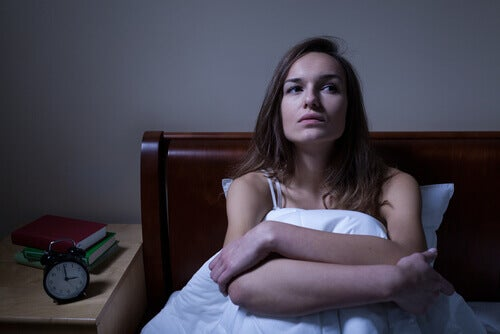Kobieta w łóżku cierpi na bezsenność