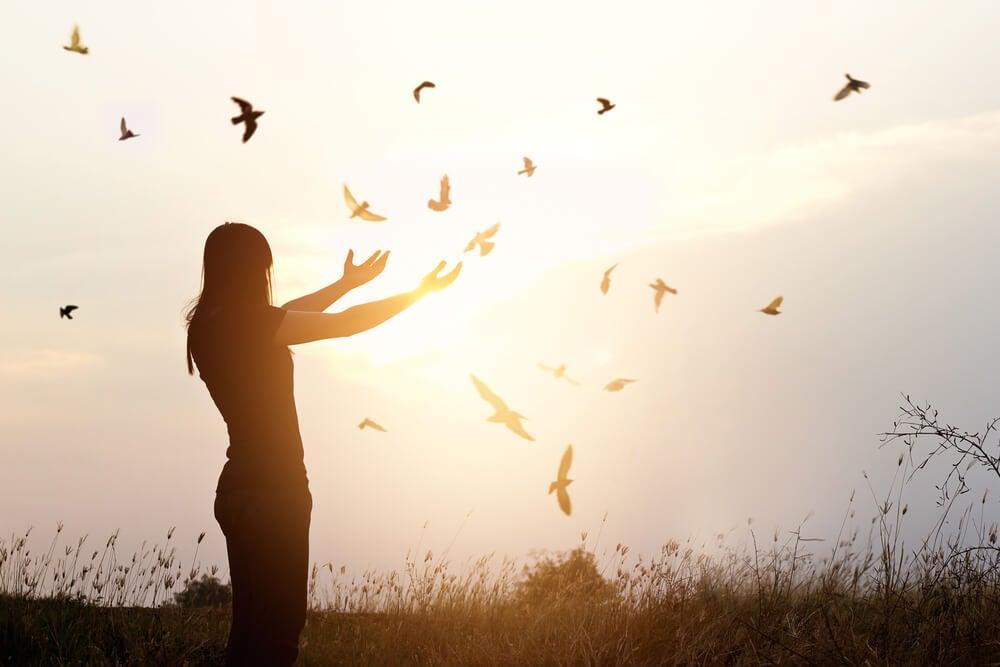 Kobieta i ptaki i samotnik