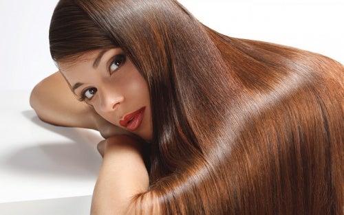 Kobieta o jedwabistych włosach