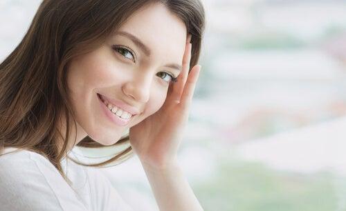 Kobieta o pięknym uśmiechu