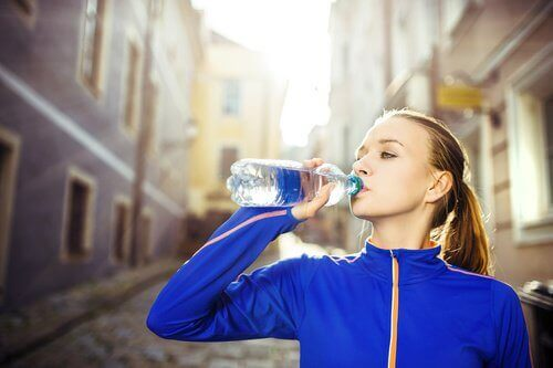 kobieta pije wodę A idealna figura