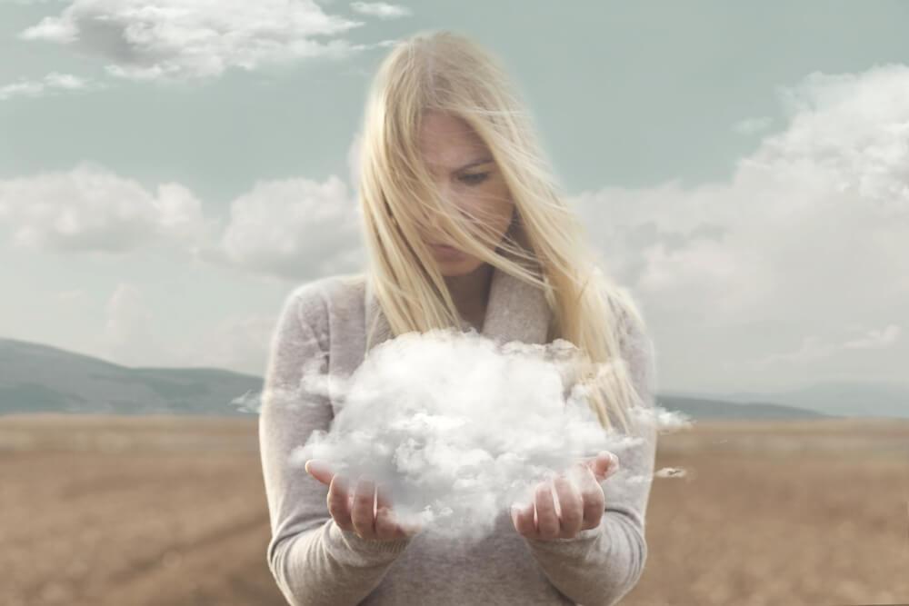 Kobieta z chmurą w dłoniach osobowość
