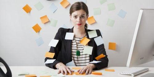 Kobieta z karteczkami w biurze