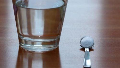 Łyżeczka sody oczyszczonej z wodą
