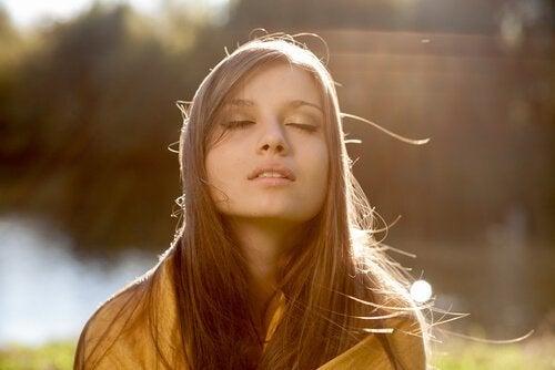 Młoda kobieta bierze głęboki oddech