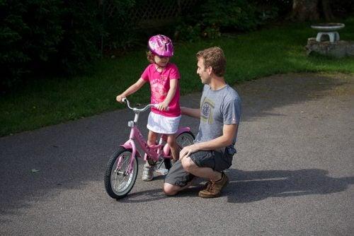 Ojciec z corką jazda-na-rowerze