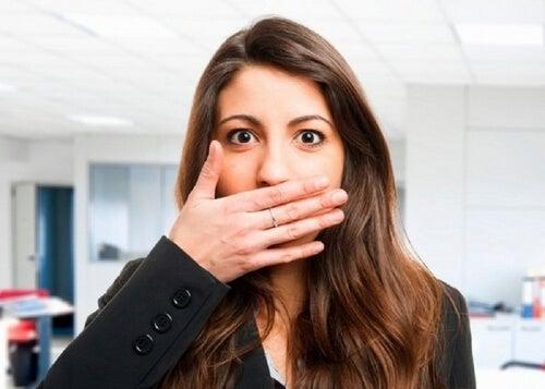 Kobieta ma nieświeży oddech