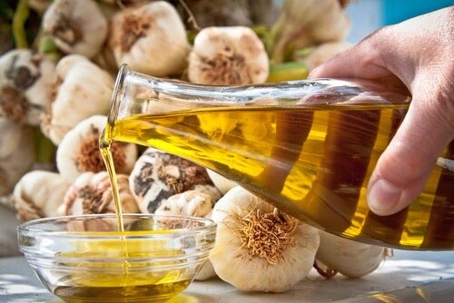 Oliwa z oliwek i czosnek na pękające naczynka