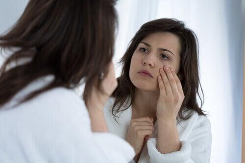 opuchlizna oczu a niedobory witamin