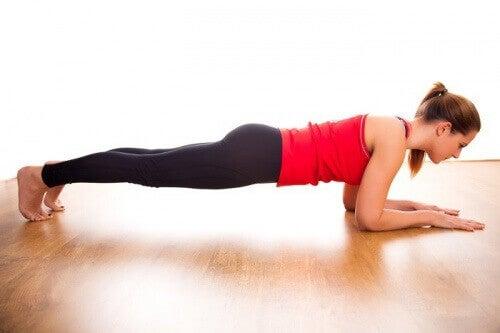 plank a mięśnie brzucha