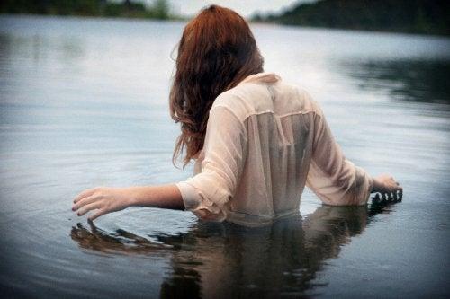Pozytywne myślenie. Sytuacja, w której kobieta kapie się w jeziorze