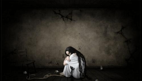 Psychodeliczna kobieta w pokoju a emocje