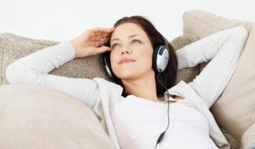 Kobieta relaksuje się na kanapie a samokontrola