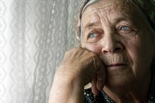 Bezsenność i samotność starsza kobieta