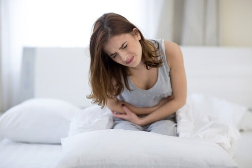 Kobieta odczuwa silny ból w dole brzucha