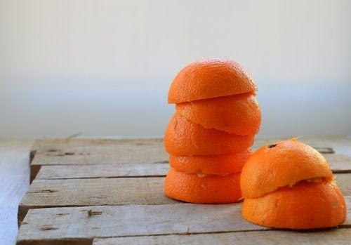 Skórka pomarańczy na kamień nazębny