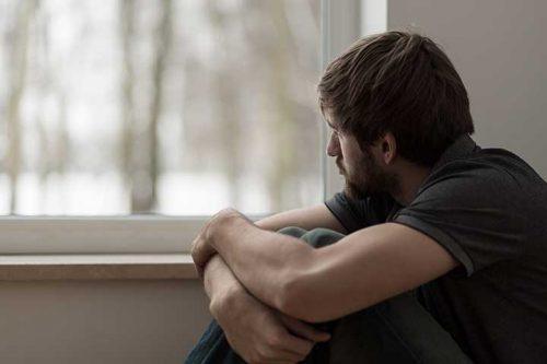Mężczyzna patrzy w okno