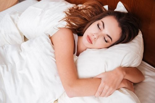 Śpiąca kobieta a przedmioty użytku codziennego