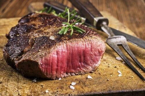 Krwisty stek z czerwonego mięsa