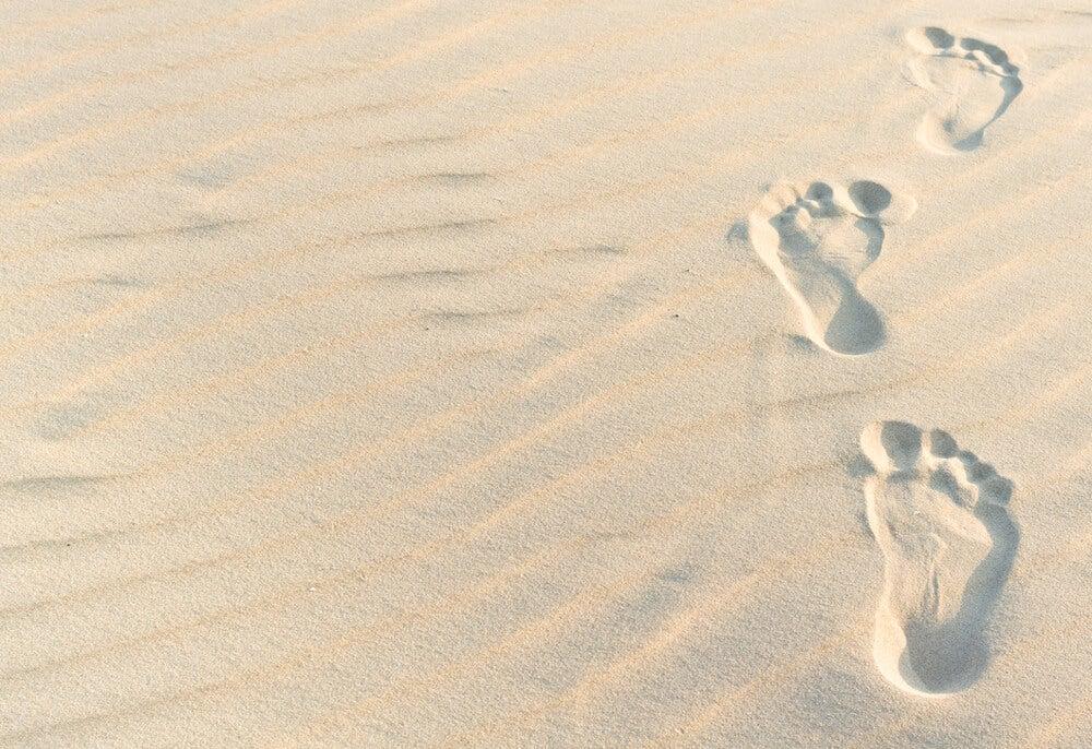 Stopy na piasku a samotność