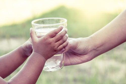 Szklanka wody w dłoniach a nerki