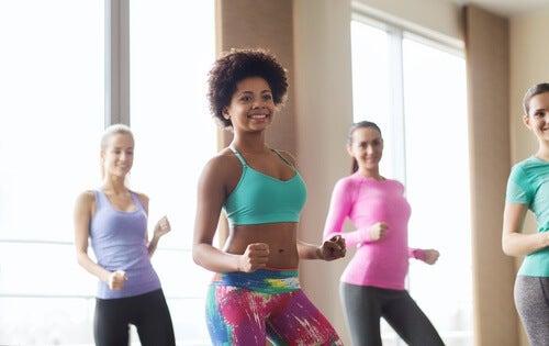 Kobiety trenują na sali gimnastycznej a zumba