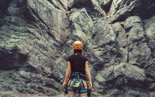 kobieta w górach zwalcza bol emocjonalny
