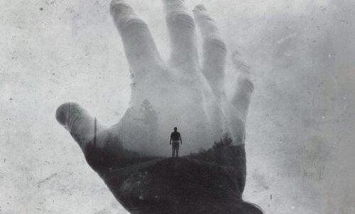 Wyciągnięta dłoń - czas goi rany