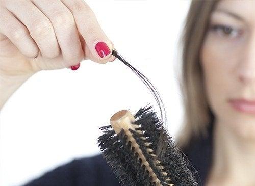 wypadanie włosów a stres
