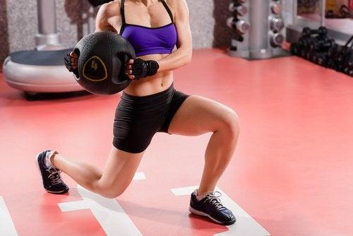 Budowanie masy mięśniowej. Kobieta trenuje a Masa mięśniowa