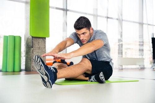Mężczyzna ćwiczy na siłowni, bycie singlem służy dbałości o nas samych