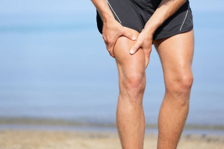 Mężczyzna cierpi na ból nogi