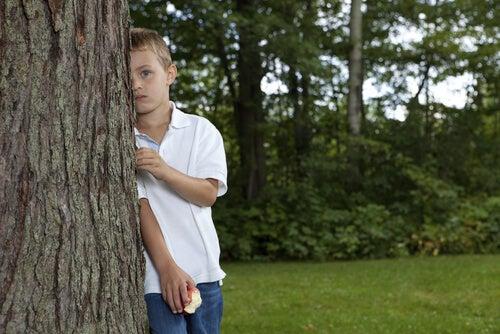 Chłopiec za drzewem a zespół Aspergera