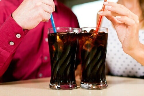 dwie szklanki coca-coli