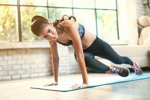 kobieta ćwiczy. sport działa korzystnie na oczyszczanie ciała